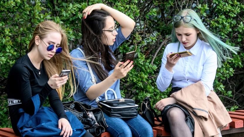 Schülerinnen mit Smartphone