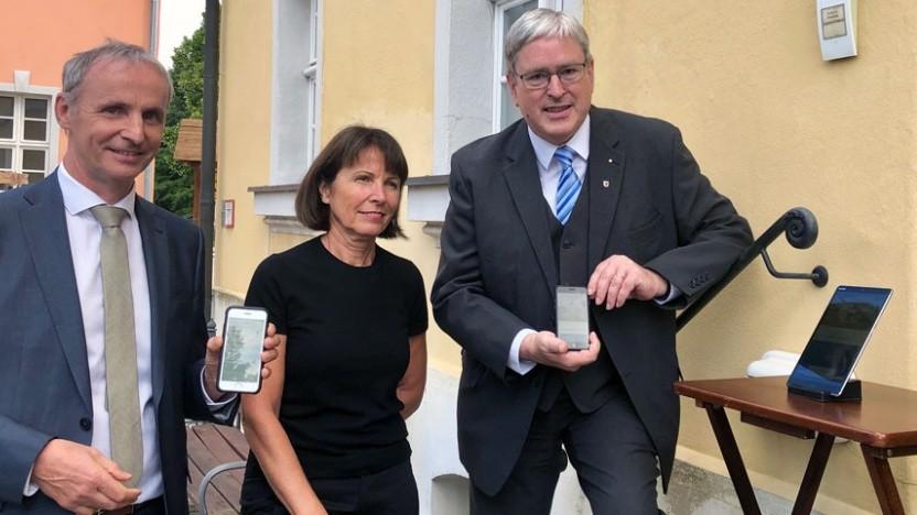 (v.r.): Wirtschaftsminister Jörg Steinbach, Vofafone-Bereichsleiterin Gabriele Kossack und Drebkaus Bürgermeister Paul Köhne