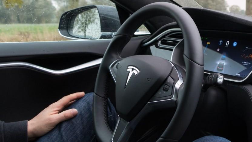 Tesla im Autopilot-Modus (Symbolbild): niemanden dazu angestiftet, sich geistiges Eigentum anderer zu beschaffen