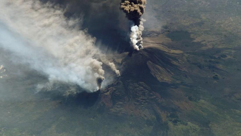 Ausbruch des Ätna im Jahr 2002, aufgenommen von der ISS: Nur etwa der Hälfte der aktiven Vulkane wird mit Bodensensoren überwacht.