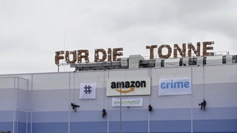 Protest von Greenpeace auf dem Dach eines Amazon-Logistikzentrums
