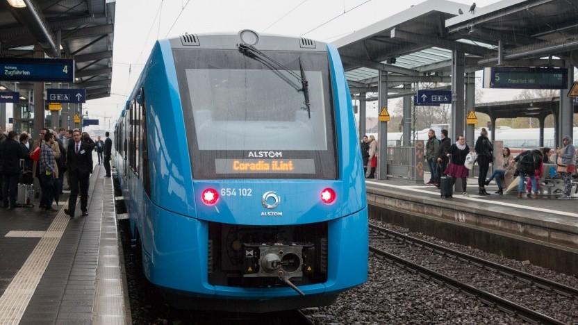 Brennstoffzellenzug Coradia iLint (bei der ersten öffentlichen Fahrt in Wiesbaden im April 2018): Bestellungen vom mehreren Nahverkehrsbetrieben