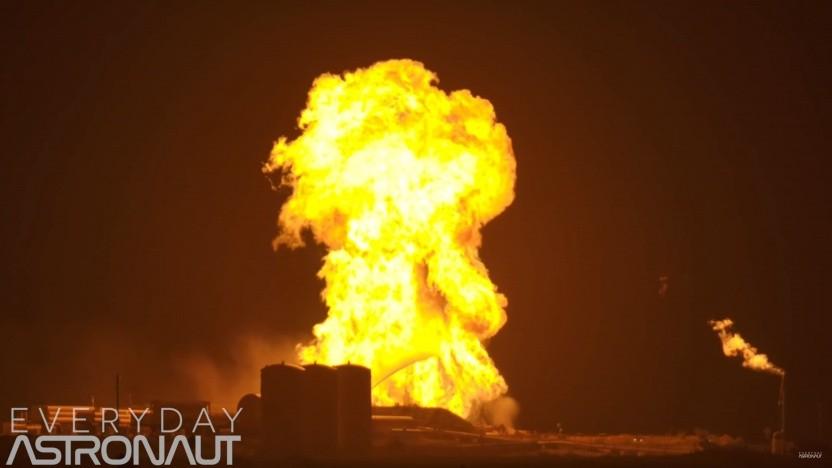 Feuerball beim Starhopper-Triebwerkstest: Rumpf aus Edelstahl