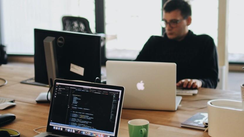 Manche IT-Firmen vergeben ihre Arbeit an Externe. Das geht aber nicht beliebig.
