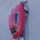 Nobe 100: Dreirädriges Retro-Elektroauto parkt senkrecht an der Wand