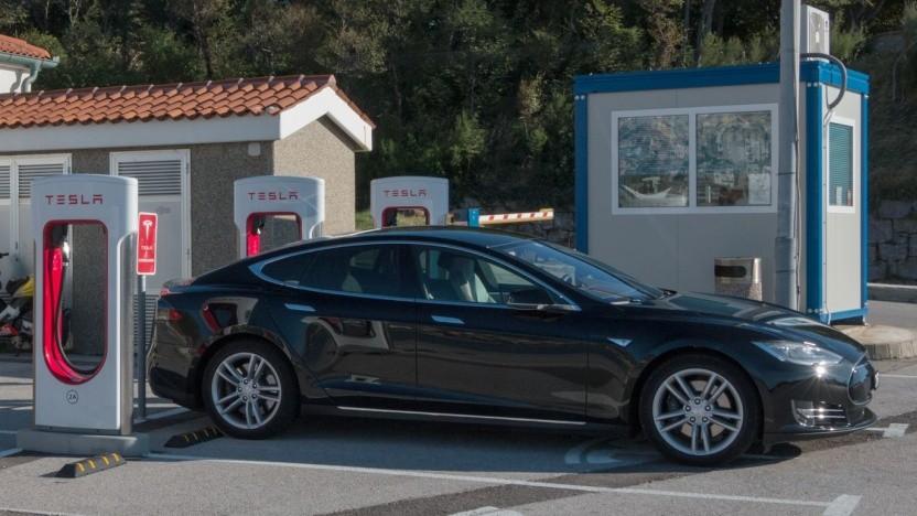 Tesla Model S am Supercharger (Symbolbild): Tesla hätte das kostenlose Laden schon früher abschaffen sollen.
