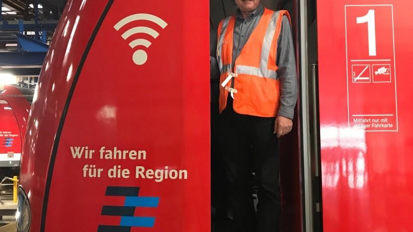 Stuttgarts S-Bahnen haben ein WLAN-Symbol an der Front.