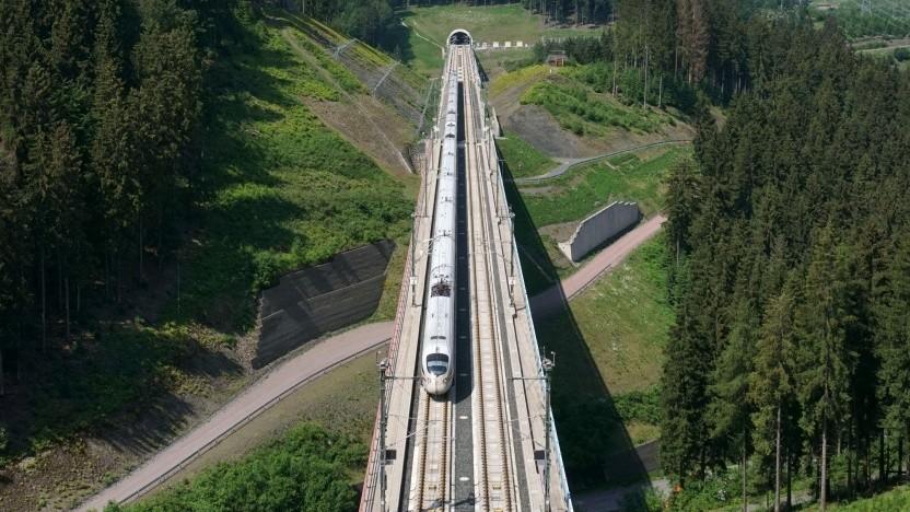 Ein ICE auf der Schnellstrecke zwischen Nürnberg und Erfurt