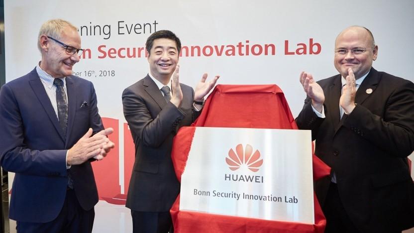 (v.l.n.r.) Bonns Stadtdirektor Wolfgang Fuchs, Huaweis Rotierender Vorstandsvorsitzender Ken Hu und BSI-Präsident Arne Schönbohm bei der Eröffnung des Huawei Bonn Security Innovation Lab Ende 2018.