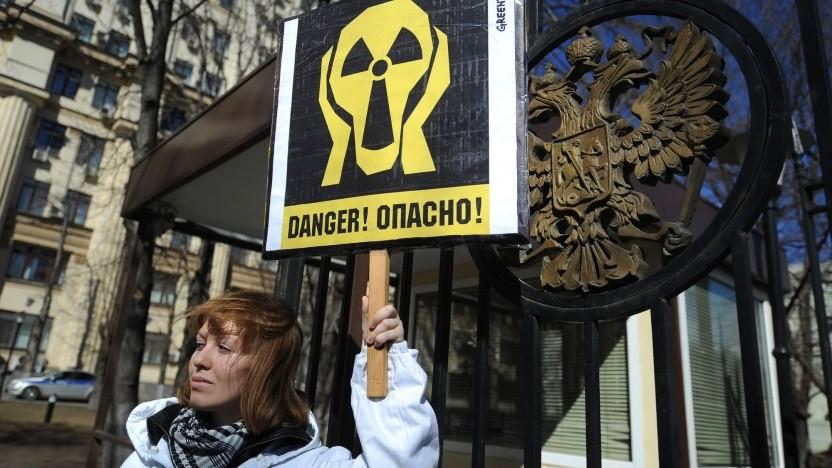 Anti-Atom-Demonstrantin vor der Zentrale von Rosatom (Symbolbild): Meldung über erhöhte Strahlenbelastung verschwand umgehend.