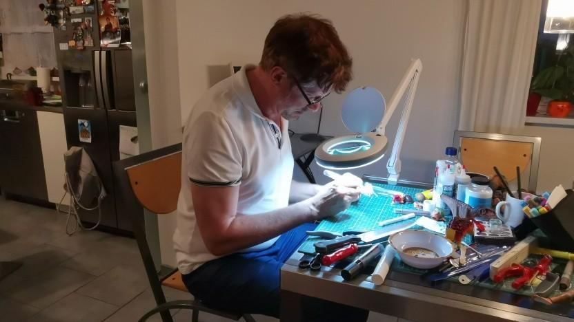 Homeoffice in Kreativberufen: hier ein Puppendoktor bei der Arbeit