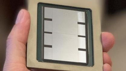 Experimenteller 2.500-mm²-Interposer mit zwei ASICs und acht HBM2-Stacks