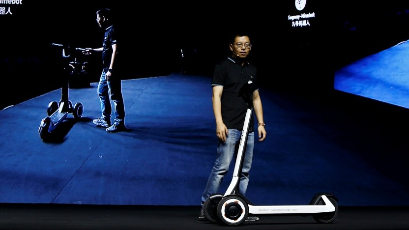 Ninebot-Präsident Wang Ye mit dem Kickscooter T60