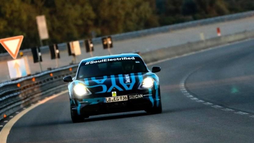 Porsche Taycan auf der Teststrecke in Nardò: Pausen nur zum Fahrerwechsel und Laden