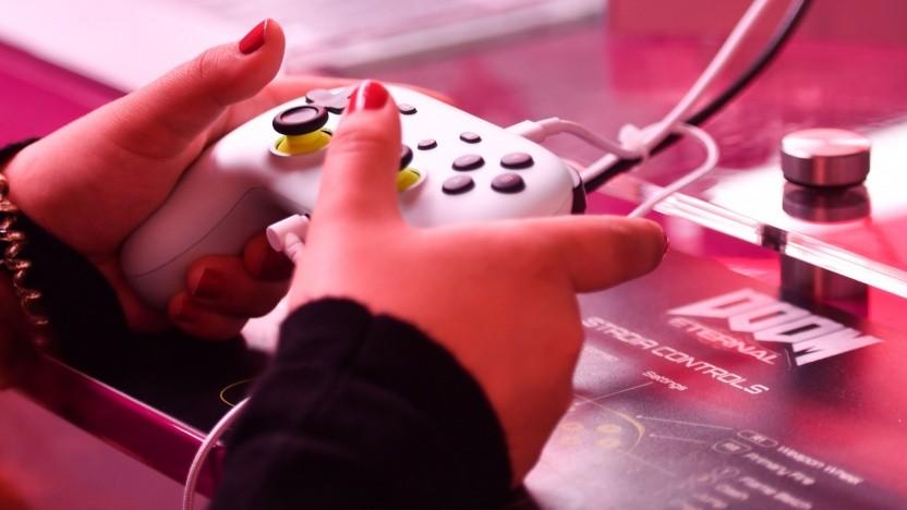 Spieler mit Stadia-Controller auf der Gamescom 2019