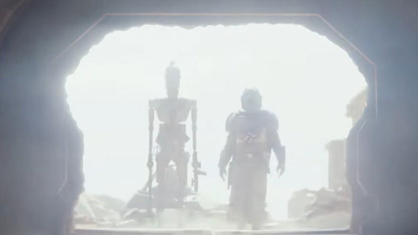 Der Mandalorianer legt einen dramatischen Auftritt hin, links sein Gefährte IG-11.
