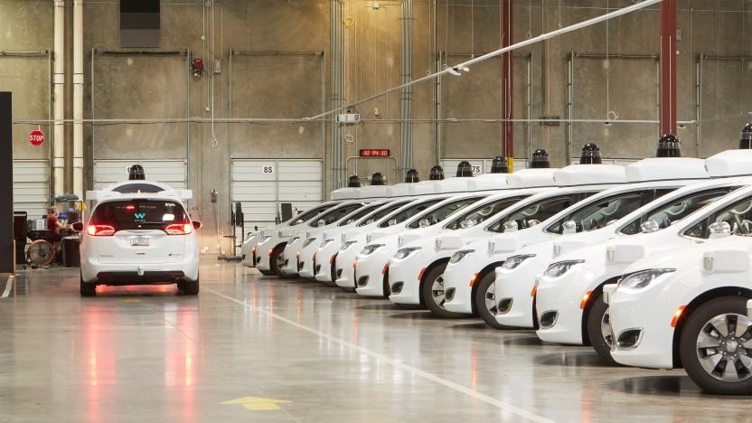 Die selbstfahrenden Waymo-Taxis in ihrem Depot in Chandler/Arizona