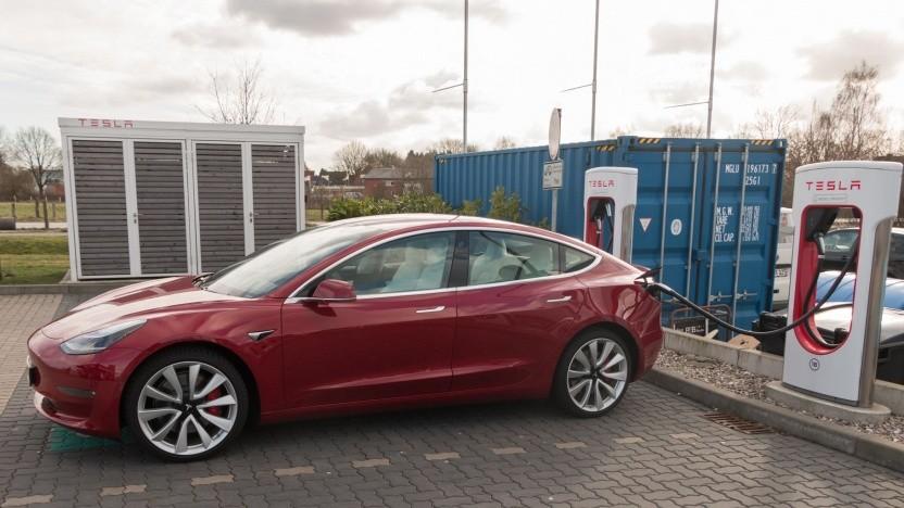 Tesla Model 3 an einem Supercharger: Keine Ledersitze mehr