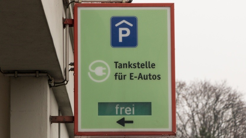 Hinweis auf eine öffentliche Ladestelle in einem Berliner Parkhaus: Ausbau der privaten Infrastruktur beschleunigen