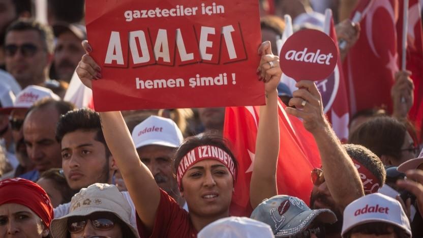 """Türkische Oppositionelle fordern """"Adalet"""" (Gerechtigkeit)."""