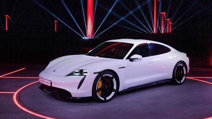 Porsche Taycan (bei der Vorstellung am 4.9.2019): Sicherheitsgurte in verschiedenen Farben