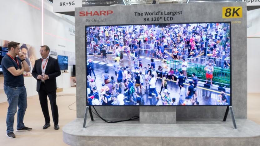 Sharp stellt auf der Ifa 2019 seinen 120-Zoll-Fernseher aus.