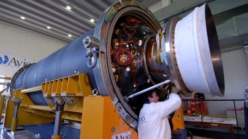 Eine Zefiro 23 Raketenstufe im Bau. Beim Absturz versagte allerdings das andere Ende der Raketenstufe.