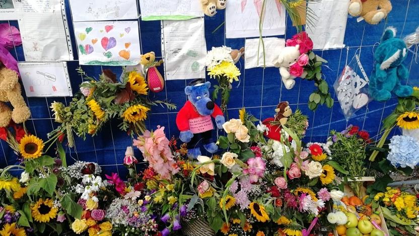 Blumen und Bilder zum Gedenken an die Opfer am Unfallort in Berlin
