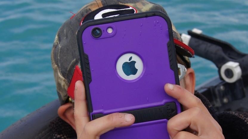 Ein Kind verwendet ein iPhone.