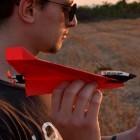 Powerup 4.0: Mikrocontroller und Propeller steuern Papierflugzeuge