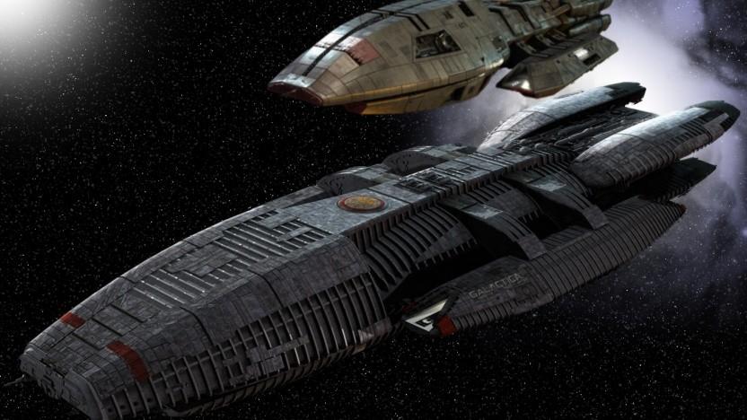 Die Galactica (unten) ist ein großes Trägerschiff mit Platz für viele Menschen.
