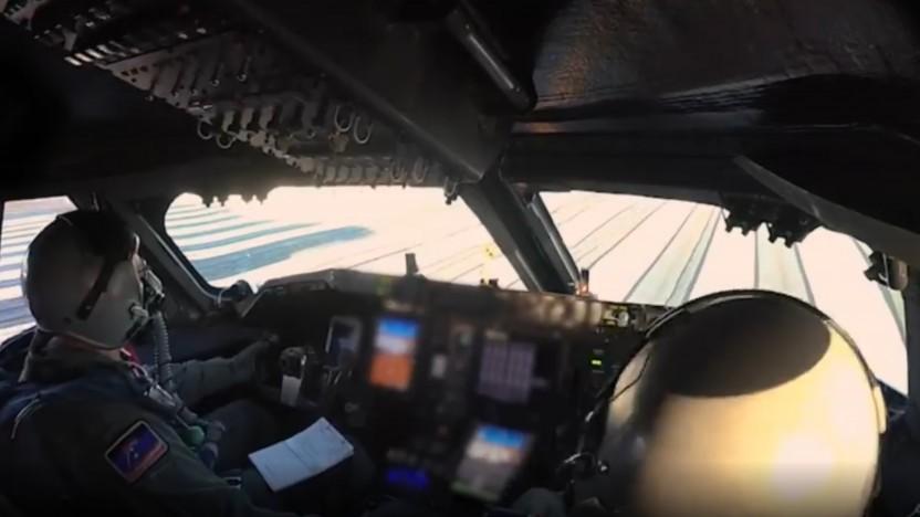 Gleich zwei Testpiloten steuern das Riesenflugzeug.