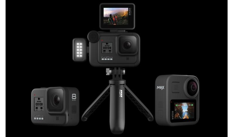 GoPro Hero 8 (links und auf dem Stativ) und GoPro Max (rechts).