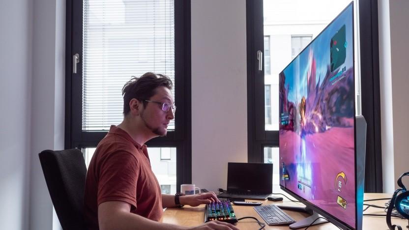 Vor dem Alienware-Monitor müssen wir schon mal unseren Kopf bewegen.