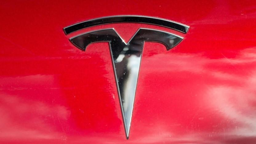 Tesla-Logo (Symbolbild): keine Abhängigkeit mehr von Lieferanten