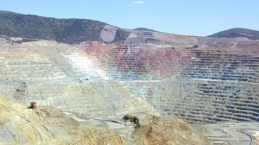Rohstoffe wie Kupfer werden in großen Tagebauen abgebaut - oft in entlegenen Gegenden.