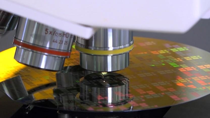 Sichtprüfung der Siliziumkarbid-Halbleiter während der Produktion in der Waferfab von Bosch in Reutlingen