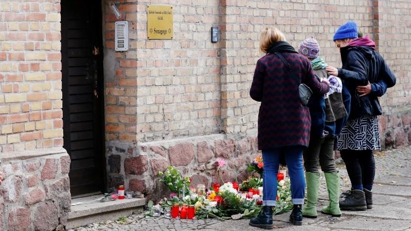 Der Täter wollte in die Synagoge von Halle eindringen, wo Menschen nun Blumen niedergelegt haben.