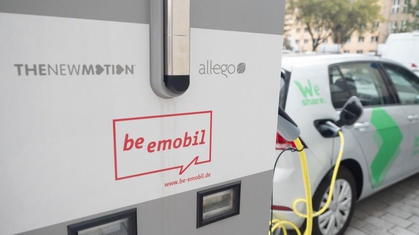 Ein We-Share-Auto lädt an einer Ladesäule in Berlin.