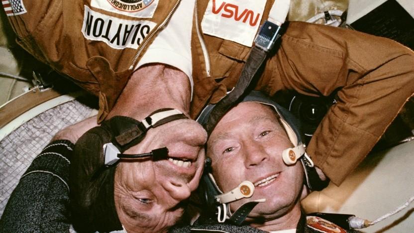 Alexei Leonow (rechts) traf sich 1975 mit Deke Slayton und drei weiteren Raumfahren im Orbit.