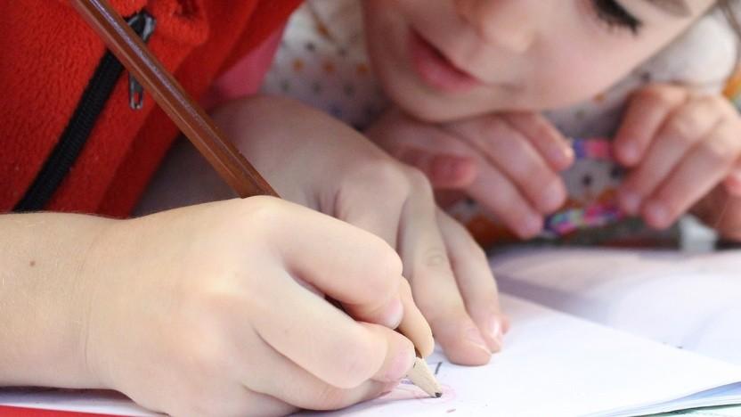 Kinder sollen mit dem Stift besser Schreiben lernen.