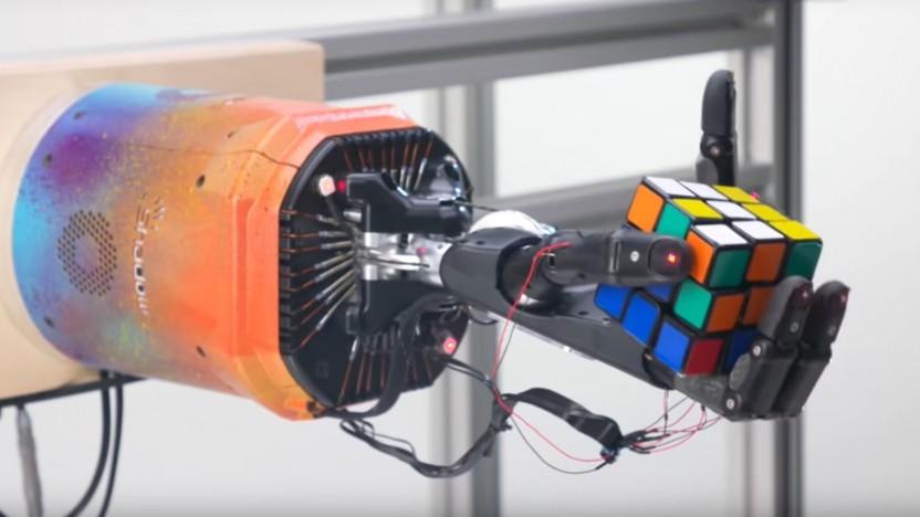 Der Roboterarm von OpenAI bewegt sich fast wie eine echte Hand.