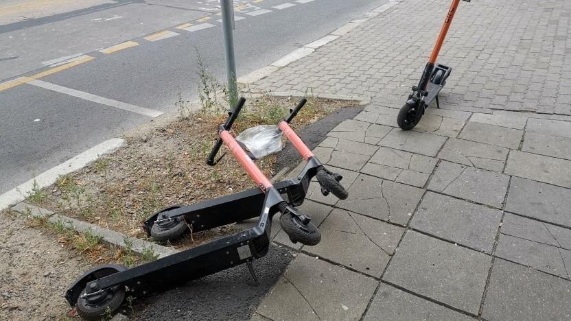 E-Scooter fallen um, Fahrräder auch.