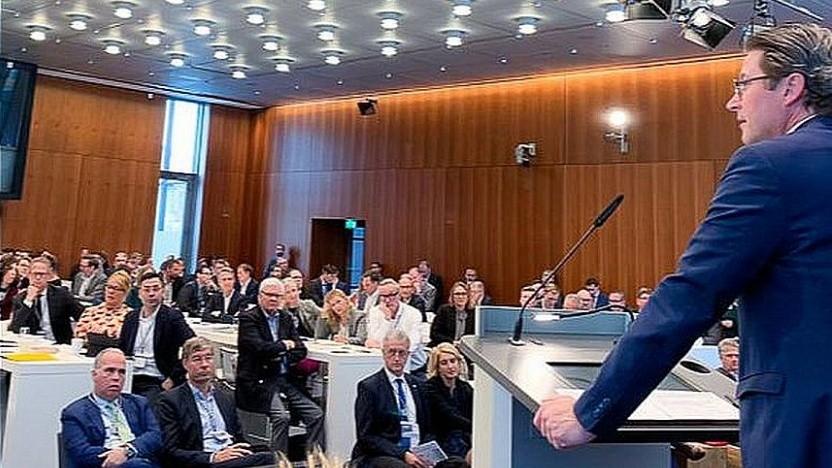 Bundesminister Andreas Scheuer verteilt das Geld.