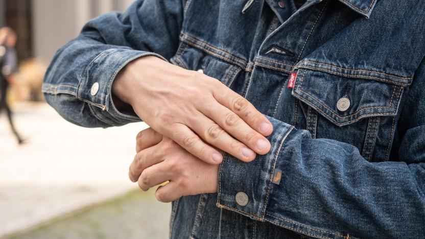 Das Trucker Jacket von Levi's lässt sich dank eingewebter leitender Fasern per Touch bedienen.