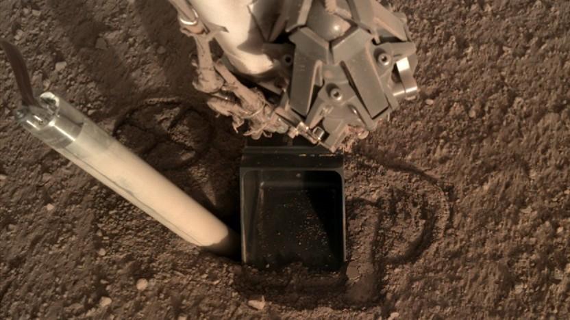 Aktuelle Bilder des Mars-Maulwurfs zeigen, dass er sich wieder aus dem Boden herausgewühlt hat.