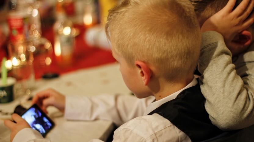 Kinder sollten erst ab einem bestimmten Alter ein Smartphone bekommen, fordern Kinderärzte.