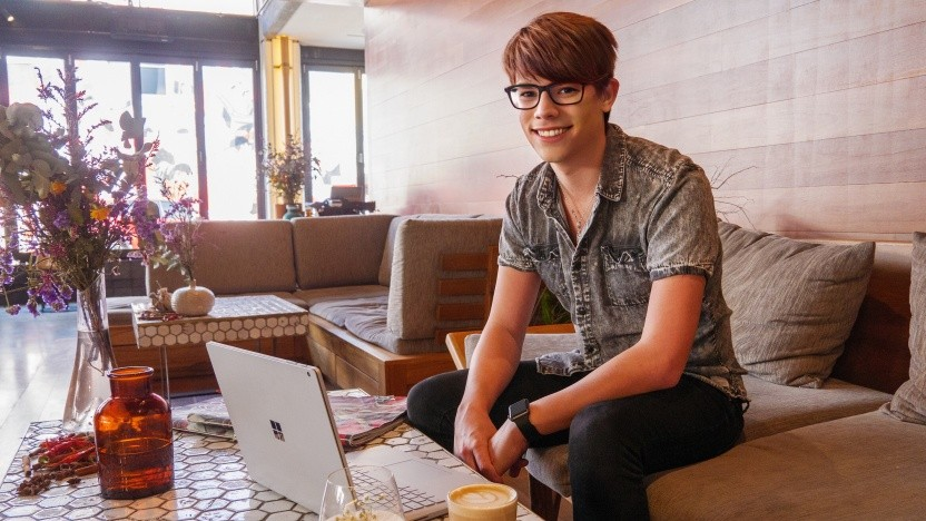 Marcel Weyers in einem Café in Melbourne beim Arbeiten