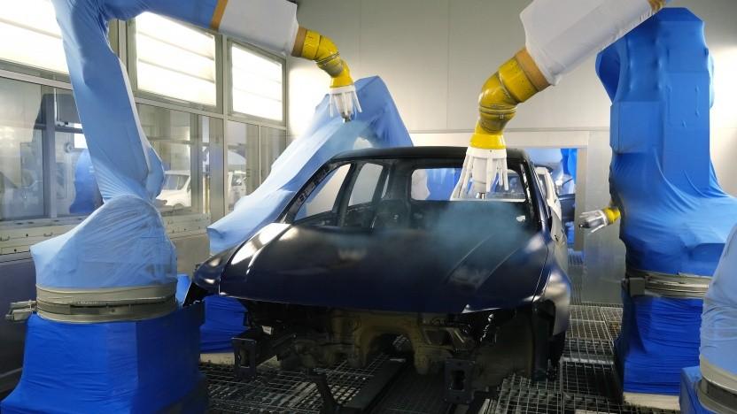 Industrieroboter, etwa in der Autoindustrie, können schon viel - bei weitem aber nicht alles.