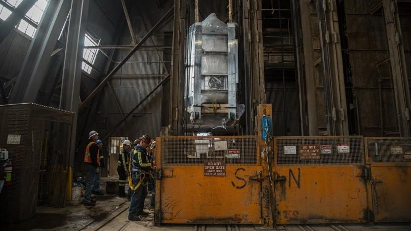 LZ-Kryostat wird in den Schacht abgelassen: 10 Tonnen flüssiges Xenon